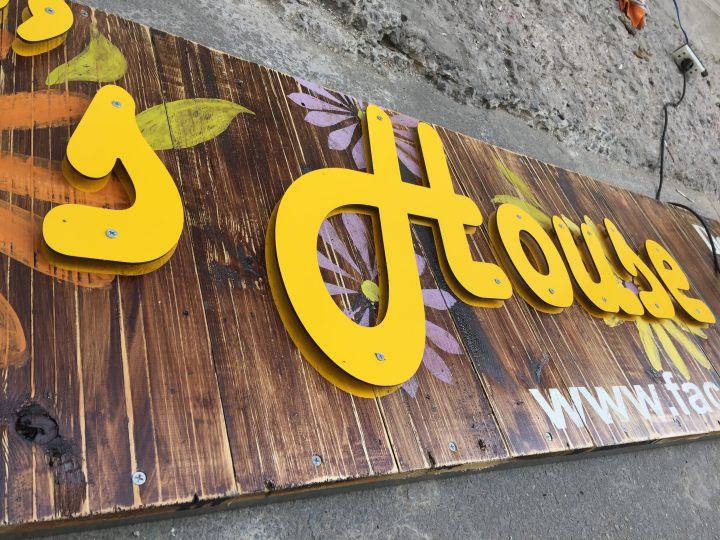 bảng hiệu gỗ sáng tạo